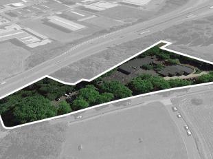 Fantastisch gelegen terrein met een oppervlakte van 9.855 m² te koop langsheen en met zicht vanop de R8 te Marke. Het omheinde terrein met een ge