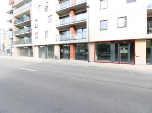 Nieuwbouw handelsruimte met een oppervlakte van 121 m² nabij het station en het centrum van Roeselare. Het casco handelspand geniet dankzij de gl