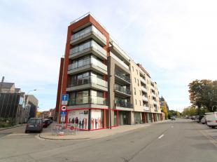 Nieuwbouw handels/kantoorruimte met een oppervlakte van 117 m² nabij het station/centrum van Roeselare. Het casco handelspand geniet van een fant