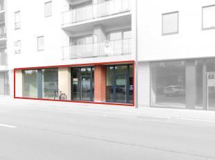 Nieuwbouw kantoor/handelsruimte met een oppervlakte van 277 m² nabij het station en het centrum van Roeselare. Het casco handelspand geniet dankz