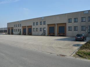 Robuuste opslagruimte met een oppervlakte van 762 m² in combinatie met 130 m² kantoren te huur op transportzone LAR te Menen. Het magazijn i