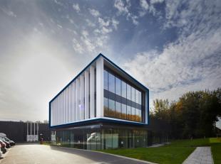Nieuwbouw kantoorruimte van 301 m² met terras en 9 parkeerplaatsen, verhuurd voor 9 jaar (vast) aan een solvabele huurder. De kantoren zijn volle