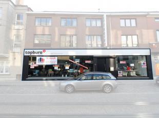 Loftachtige kantoorruimte en/of showroom te huur langs de bedrijvige Brusselsepoortstraat te Gent. Vlotte bereikbaarheid met zowel het openbaar vervoe