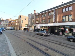 Fantastisch gelegen handelsruimte/showroom met zeer goede visibiliteit vanaf de bedrijvige Brusselsepoortstraat te Gent. Vlotte bereikbaarheid met zow