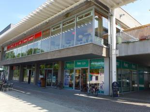 Uitzonderlijk gelegen handelsruimte van 58 m² verhuurd aan een solvabele huurder op het stationsplein te Brugge. De casco ruimte is ingericht als