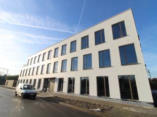 Nieuwbouw kantoor van 2.113 m² te koop, bestaande uit een gelijkvloers en 2 verdiepingen met dakterras, gesitueerd in een zeer attractief bedrijv
