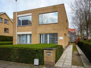 Alleenstaand kantoorgebouw van 285 m² te koop vlak bij het station te Brugge. Het pand is bruikbaar voor diverse doeleinden: praktijk / vrij bero