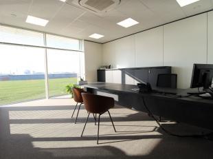 De casco kantoren zijn 214 m² groot en voorzien van grote glaspartijen waardoor er veel natuurlijk lichtinval is. Op de gelijkvloers bevindt zich