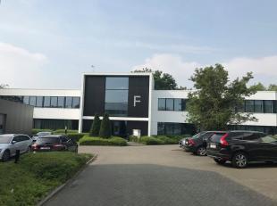 Bureau qualitative de 345 m² à louer à une location fantastique avec visibilité du R0 à Grand-Bigard. Le bureau lumin