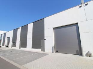 KMO-unit van 378 m² te koop, ideale ruimte voor opslag/productie/atelier. De unit is voorzien van een sectionaal poort, een vrije hoogte van 6 m,