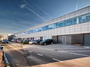 Espace polyvalent / bureau de 548 m² à louer le long le Brusselsesteenweg à Zellik. L'espace a deux portes sectionnelles et se trou