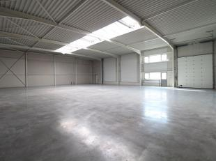 KMO-unit van 567 m² met glasgevel te koop, ideale ruimte voor opslag/productie/atelier. De unit is voorzien van een sectionaal poort, een vrije h