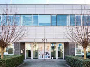 Espace polyvalent / magasin de 548 m² à louer le long le Brusselsesteenweg à Zellik. L'espace a deux portes sectionnelles et se tro