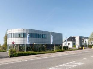 Espace polyvalent / magasin de 926 m² à louer le long le Brusselsesteenweg à Zellik. L'espace a une porte sectionnelle et se trouve
