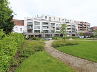 Nieuwbouw kantoorruimte van 213 m² met 6 privatieve parkeerplaatsen te koop nabij het centrum van Kortrijk. De afgewerkte ruimte is voorzien van
