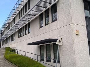 Bureau de 335 m² avec des places de parking à vendre avec visibilité du Pontbeeklaan, à la périphérie de Bruxe