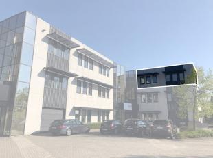 Bureau de 266 m² avec des places de parking à vendre avec visibilité du Pontbeeklaan, à la périphérie de Bruxe