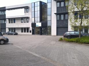 Bureau de 345 m² avec des places de parking à louer avec visibilité du Pontbeeklaan, à la périphérie de Bruxel