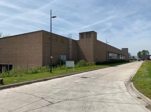 Te renoveren bedrijfsgebouw opgebouwd uit een kloeke betonstructuur en bestaande uit een gelijkvloers met een vrije hoogte van 5,70 meter, voorzien va