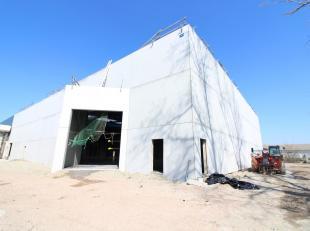 Nieuwbouw magazijn met een oppervlakte van 2.200 m² op ca. 4.382 m² terrein te koop. Gelegen op de industriezone Herdersbrug te Brugge. De l