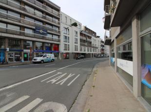 Nieuwbouw handelspand van 213 m² te koop nabij het centrum van Kortrijk. De afgewerkte ruimte is voorzien van sanitair en kitchenette en kan teve