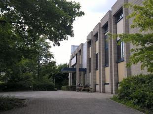 Bâtiment polyvalent: 3.522 m² de bureaux avec 1.265 m² d'entrepôt à vendre. Situé magnifique auprès R0 entr