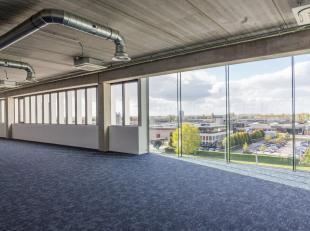 Deze unieke kantoorruimte op de 3e verdieping heeft een oppervlakte van 303 m² en wordt casco verkocht. Dankzij de rijkelijke lichtinval ontstaat