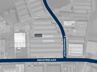 Magazijnruimte van 750 m² te huur, fantastisch gelegen vlakbij de N50 en de R8 te Kuurne. De toegang kan bekomen worden via een ruime toegangspoo
