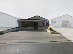 Magazijnruimte van 1.380 m² te huur, fantastisch gelegen vlakbij de R8 te Kuurne. De loods is voorzien van een ruimte toegangspoort (toegang vrac