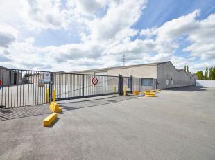 Magazijnruimte van 1.090 m² te huur, fantastisch gelegen vlakbij de N50 en de R8 te Kuurne. De toegang kan bekomen worden via ruime toegangspoort
