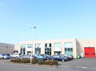 Geïsoleerd magazijn van 1.800 m² met 640 m² kantoren te huur. Gelegen in de haven van Gent, op amper 1,5 km van de R4. De opslagruimte