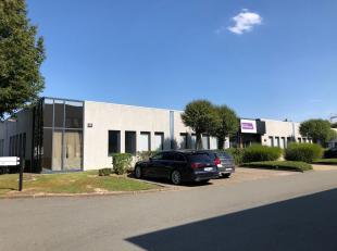 Espace multifonctionnel de 414 m² avec 5 parkings à vendre à Zellik, idéal comme dépôt / atelier / bureau  L'es