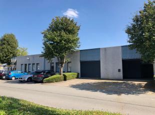 Espace multifonctionnel de 1.656 m² avec 20 parkings à vendre à Zellik, idéal comme dépôt / atelier / bureau  L