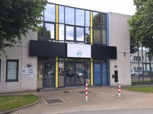 Espaces multifonctionnel de 328 m² à vendre à Zellik, idéal comme dépôt / atelier / bureau  L'espace fait parti