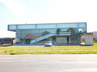 Opvallend bedrijfsgebouw bestaande uit 550 m² opslagruimte + 150 m² mezzanine in combinatie met 367 m² kantoren (217 m² gelijkvloe