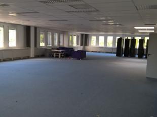 Bureau de 337 m² avec 8 parkings à vendre avec visibilité du Pontbeeklaan, à la périphérie de Bruxelles (Zelli