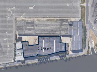 Magazijnruimte van 10.975 m² te koop, gelegen langs het Kanaal Gent-Terneuzen in de haven van Gent. De loods (7.460 m² + 3.515 m²) met