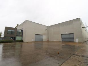 Magazijnruimte van 4.010 m² in combinatie met 470 m² kantoren te koop, gelegen langs het Kanaal Gent-Terneuzen in de haven van Gent. De lood