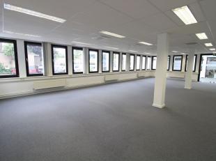 Kwalitatief kantoor van 1.332m² te huur, gelegen nabij het centrum van Gent en vlak bij de op- en afritten van de E17, E40 en R4. De instapklare