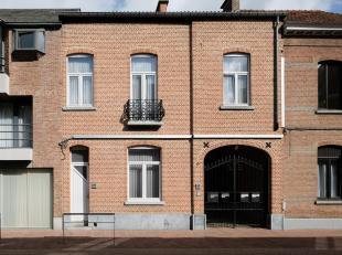 Het gebouw is volledig gerenoveerd en verhuurd. Het omvat 3 appartementen met 1 slaapkamer en een achterliggende woning met 2 slaapkamers.  Aan de rec