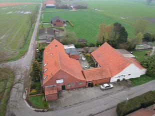 Landelijk gelegen U-vormige boerderij met 6 slaapkamers, 3 badkamers en 6 toiletten op 3.080 m².Gelijkvloers : Woning: Inkomhal, veranda, keuken,