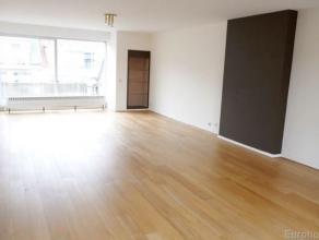 Gerenoveerd ruim duplex appartement(170m²) in klein gebouw nabij openbaar vervoer. Op de vierde verdieping vindt u een inkomhal met apart wc en i