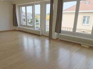 Duplex/Penthouse volledig gerenoveerd:<br /> TWEEDE VERDIEPING<br /> - Inkomhal met vestiaire<br /> - apart wc<br /> - Living op parket 42m²<br /