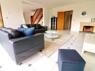 prachtige duplex van 175 m², bestaande uit:<br /> - inkomhal met vestiaire<br /> - living met veel zon salon- eetkamer (65 m²)<br /> -volled