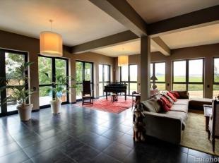 Magnifiquevilla composée de:<br /> REZ-DE-CHAUSSEE: 300m²<br /> - Hall d'entrée 43m² -Living avecfeu-ouvert