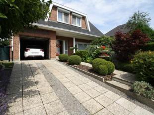 Mooie villa bestaande uit:<br /> GELIJKVLOERS<br /> - Inkomhal<br /> - Apart wc<br /> - Living met open haard 35m² die uitgeeft op<br /> - Verand