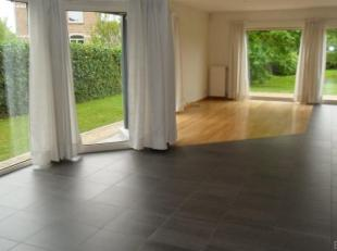 Belle propriété composée de:<br /> REZ-DE-CHAUSSEE<br /> -Living 60m² sur parquet<br /> -Cuisine 13,3m²<br