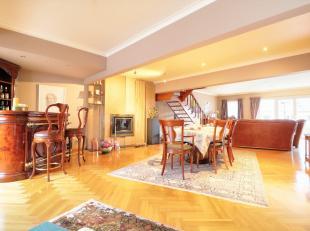 Très GRAND DUPLEX luxueux +- 210m² composé de :<br /> 1 vaste living (avec feu ouvert) +- 83m² en parquet<br /> 3 chambres don