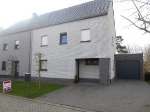 Balen : Grote Bosbergstraat 13 : In een rustig omgeving ligt deze ruime recente (2012) half-open woning in een doodlopende straat en naast weiland. Ru