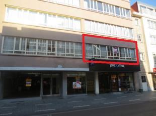 Mol : Statiestraat 38 b 2 . Dit centraal gelegen appartement heeft een ruime living met veel lichtinval, parketvloer, geïnstalleerde keuken, badk